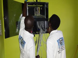Equipe Tecacom en Oeuvre dans la mise en place d'un LAN